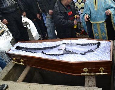 Ce sa nu mai faci niciodata la inmormantari. Ritualul pagan pe care il fac romanii si...