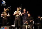 In Mamaia, ca in inima Balcanilor! Marele Goran Bregovici le-a cantat noaptea trecuta turistilor din statiune. Toata lumea a dansat pe nisip, dar si pe mese.