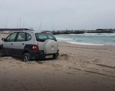 Un sofer a ramas blocat cu masina pe plaja din Eforie!