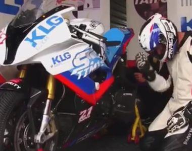 Catalin Cazacu, in genunchi langa motocicleta, inainte de prima cursa dupa revenirea de...
