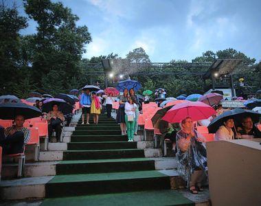 """Teatru de revista condus de Arsinel reia spectacolele intrerupte de ploaie: """"Va..."""