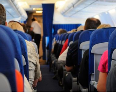 Scandal la bordul unui avion! O stewardesa romanca a fost batuta si amenintata cu...