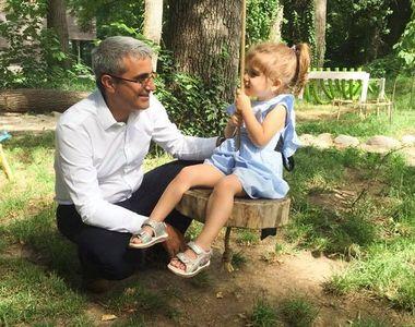 Fiica lui Robert Turcescu invata la o gradinita de fite, care se afla in padure si a...