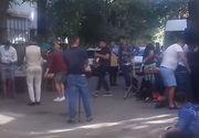 Petrecere de botez in strada, la Barlad. O familie de rromi a adus manelisti si a intins mesele intre blocuri