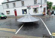 Un OZN a aterizat pe strazile unui orasel din Irlanda. Toata lumea s-a minunat cand a vazut aparitia. Ce este de fapt?