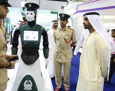Primul robot politist patruleaza pe strazile din Dubai. A devenit o adevarata atractie...