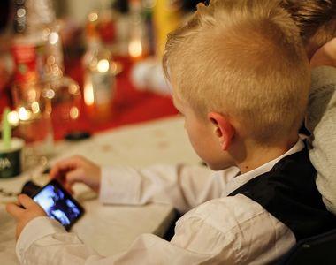 """Drogul la care sunt expusi copiii, in fiecare zi. """"Sa-i dai un smartphone unui..."""