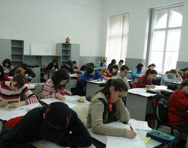 Tinerii ar putea primi 350 de euro de la stat ca sa mearga la scoala