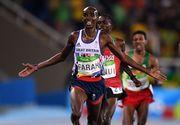 A cazut la jumatatea cursei, s-a ridicat si a castigat medalia de aur. Atletul britanic Mo Farah a tinut publicul cu sufletul la gura la cursa de 10.000 de metri de la Jocurile Olimpice