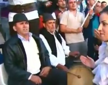 Moment inedit la meciul Steaua Bucuresti-Avantul Barsana! O cantareata de muzica...