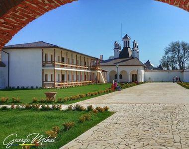 Raiul evadarilor e la cativa kilometri de haosul din Bucuresti. Palatul Domnesc de la...