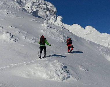 Bărbat mort în Bucegi după ce a fost surprins de o avalanşă! Posibil să existe și o a...