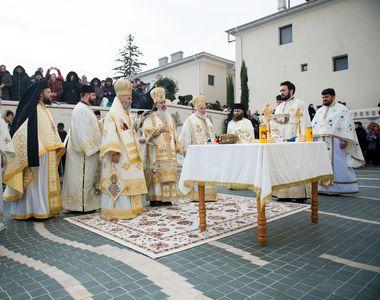 Îmbulzeală și țipete la sfințirea unei mănăstiri din Constanța, la care a participat și...