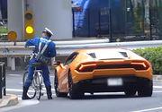 Un sofer de Lamborghini, urmarit de un politist pe bicicleta