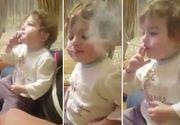 Imagini de-a dreptul revoltatoare - Un copil este invatat sa fumeze si sa injure chiar de catre proprii parintii. Oamenii se distreaza de mama focului cand il vad