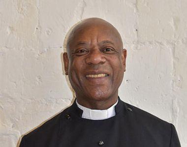 Socant! Un preot a fost filmat in timp ce consuma droguri, se uita la filme pentru...