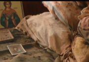I-a pus o candela si icoane la capatai si a locuit 30 de ani cu cadavrul mamei in casa! Oamenii legii au inmarmurit cand au intrat in apartamentul unei pensionare de 77 de ani