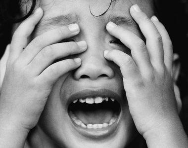 Un baietel de doi ani din Prahova, abuzat sexual de o ruda a mamei. Micutul se simte...