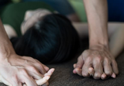 Prietenul isi dadea ultima suflare in fata lui dar, in loc sa sune la 112, a violat o femeie