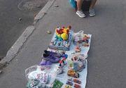 Cea mai trista imagine! Un copil isi vinde jucariile in strada ca sa faca rost de bani pentru a-si ajuta parintii