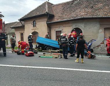 A intrat cu camionul plin cu lemne in zidul unei case. Accidentul din Sibiu a produs...