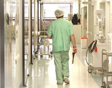 Un bărbat degerat a murit la Motru, după ce a fost ţinut trei zile în spital fără să...