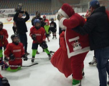 Moș Crăciun a venit pe neașteptate, la Galați. Micii hocheiști de la Clubul Dunărea au...