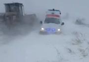 Olt. O ambulanţă care se deplasa la un pacient care avea nevoie de dializă a rămas înzăpezită pe un drum judeţean