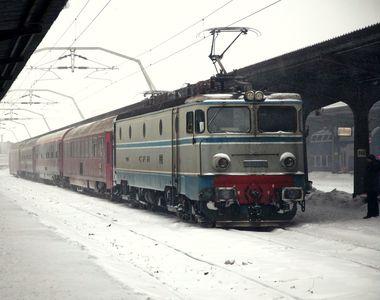 Două trenuri de călători sunt blocate în judeţul Hunedoara, din cauza zăpezii