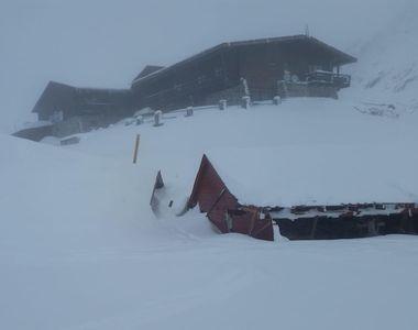 Avalanșă mare la Bâlea Lac. Casuțele comercianților sunt îngropate în zăpadă. Pericolul...