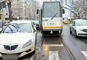Haos în trafic! Mașinile parcate aiurea dau peste cap toată circulația! Un șofer a blocat timp de o oră o stradă după ce a parcat pe linia de tramvai