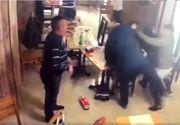 Tânăr de 32 de ani, doborât cu un pumn de un bărbat de 60 de ani. Scene șocante într-un bar din Craiova