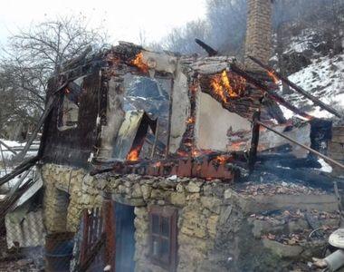 Incendiu puternic în Alba. O casă a ars din temelii