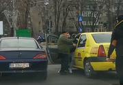 Imagini halucinante în Capitală! Mai mulți șoferi au vrut să bată un taximetrist! S-au chinuit să-l scoată din mașina și ce a urmat este de tot râsul