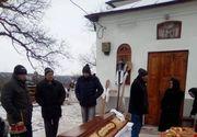 Caz revoltător în Bacău. N-a fost primită în biserică pentru că era saracă. Slujbă de înmormântare în fața lăcașului de cult