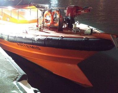 Trupul neînsuflețit al unui bărbat a fost găsit la bordul navei pe care o conducea, în...