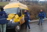 Un microbuz plin cu oameni, implicat într-un grav accident rutier! Sunt 21 de victime până în acest moment
