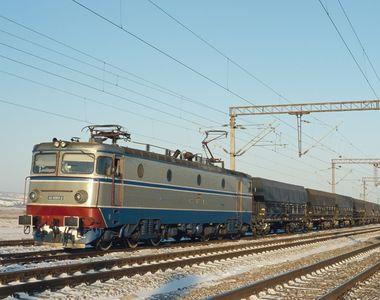 Olt. Trafic feroviar întrerupt pe Magistrala 900, după ce locomotiva unui tren s-a...