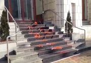ULTIMĂ ORĂ! Sediul Ministerului Justiției, vandalizat de către membrii mișcării #Rezist
