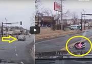 Conducea cu viteză și a luat o curbă fără să se asigure! Scoica în care se afla copilul lui în vârstă de doi ani a căzut din mașină! Imagini terifiante cu momentul dramatic