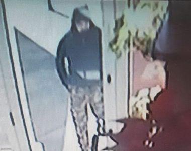 Primele imagini cu suspectul care a furat mai multe bijuterii de aur dintr-un amanet...