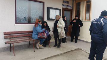 Mama fetei ucise de propriul tată, distrusă de durere la morgă! Filmul crimei care a șocat România