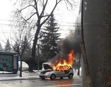 Incendiu devastator! Mașina i-a ars ca o torță! Pompierii au intervenit de urgență!