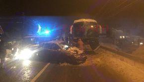 Gorj. Un autobuz cu 20 de pasageri a lovit în plin o maşină care ieşea din curte fără ca şoferul să se asigure