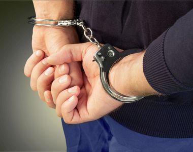 Trei tineri care au tâlhărit o femeie în scara unui bloc din Bucureşti, reţinuţi