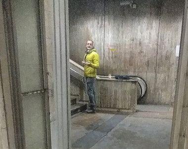 Un bărbat stă zilnic la metrou, lângă scările rulante. Gestul său i-a șocat pe...