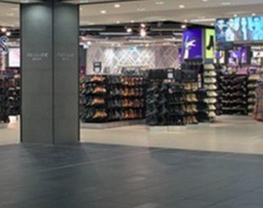 Oase umane într-o pereche de șosețe vândute de un magazin cunoscut