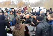 Imagini sfâșietoare  de la înmormântarea femeii cu 18 copii! Ce s-a întâmplat când femeia a fost băgată în gropă