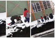 Elevă din Botoșani, bătută de două colege în plină stradă! Nimeni nu a intervenit