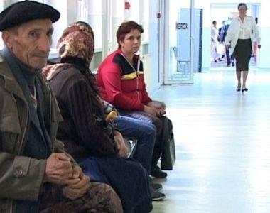 Bătrâni cu pensii de rușine, umiliți pe holuri de medici cu salarii URIAȘE. Un doctor...